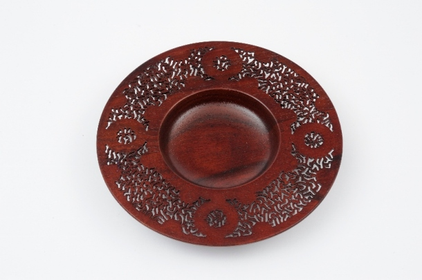 Andre Hattingh - 'Carved bowl'. (Wood, 4.5 x 29 x 29 cm)